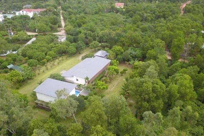Khuôn viên nhà vườn đồ sộ của ca sĩ Mỹ Linh.