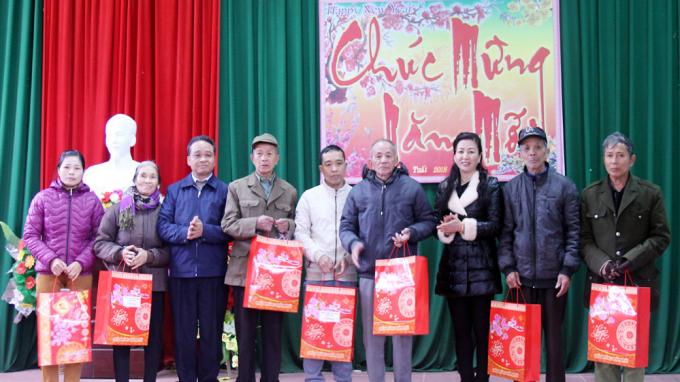 Đồng chí Lê Thị Thu Hồng (thứ 3 từ phải sang) tặng quà gia đình chính sách trên địa bàn xã Tam Tiến (Yên Thế). Ảnh Mai Toan.
