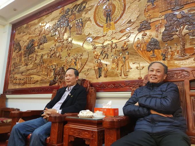 Nhà báo Nguyễn Quang Hải (ngồi trái) và ông Nguyễn Văn Chính - PCT Thường trực UBND huyện Hiệp Hoà.