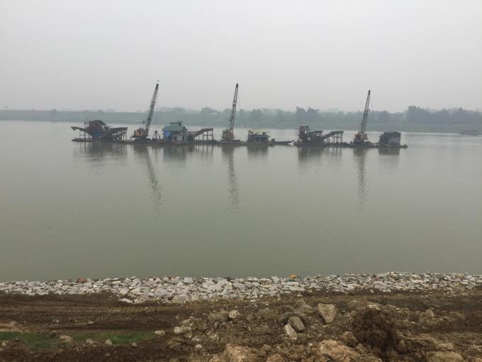 Tàu cát hoạt động suốt ngày đêm tại khúc sông chảy qua xã Đôn Nhân