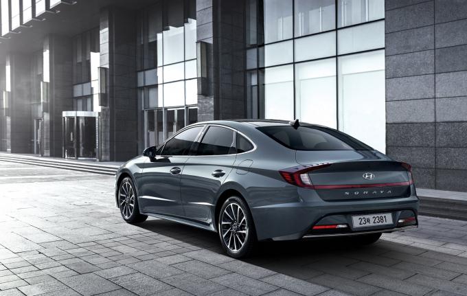 Với cú lột xác ngoạn mục về thiết kế, Hyundai Sonata 2020 vừa ra mắt thị trường Hàn Quốc với giá bán từ 18.944 - 29.115 USD (~ 440,5 - 677 triệu VNĐ), hiện đã có 12.223 đơn đặt mua Sonata hoàn toàn mới.