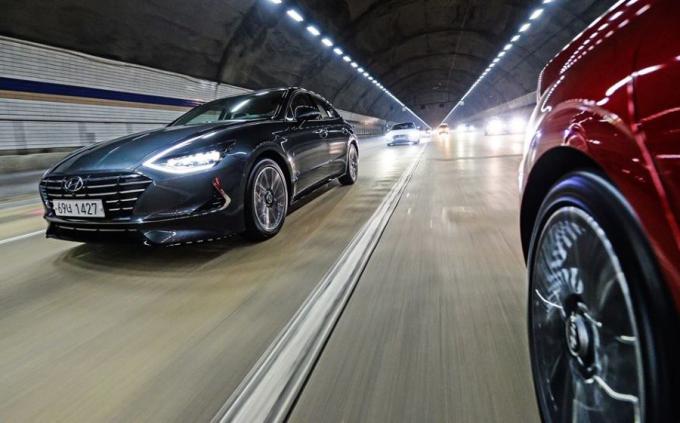 """Ngoài lưới tản nhiệt dạng Cascading Grille mới, điểm nhấn nổi bật nhất ở phần đầu xe chính là cụm đèn pha thiết kế rất độc đáo. Dải đèn LED chạy ban ngày mà Hyundai gọi là """"Đèn chiếu sáng bí ẩn"""" được lấy cảm hứng thiết kế từ mẫu HDC-2 concept và được làm từ vật liệu crôm. Nhằm mang lại hiệu ứng ấn tượng hơn, dải đèn LED chạy ban ngày được tích hợp vào dải crôm chạy dọc theo nắp ca-pô. Ngoài ra, thiết kế cụm đèn hậu liền mạch ôm lấy đuôi xe cũng rất ấn tượng và bắt mắt."""