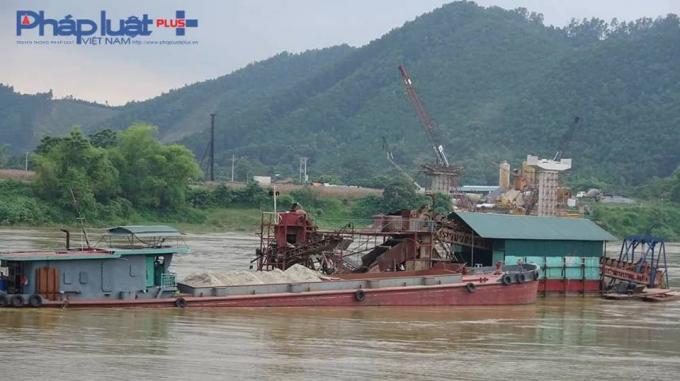 Hai chiếc tầu bị bắt giữ khi đang thực hiện khai thác cát trái phép (Ảnh: Tiến Vũ)