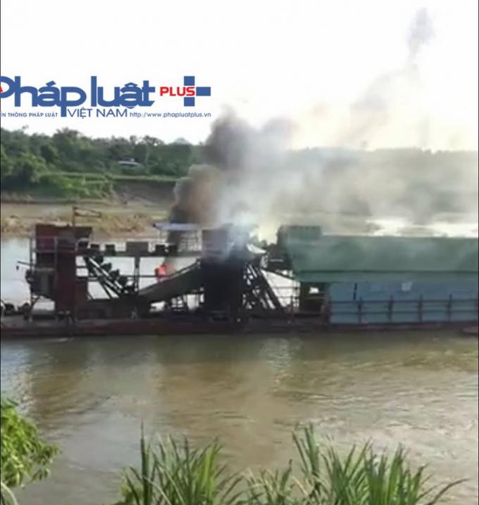 Ngọn lửa đã gần tắt, hiện tàu cuốc còn trơ khung sắt.