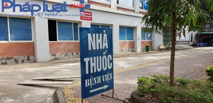 Biển chỉ dẫn khẳng định nhà thuốc bệnh viện của bà Lê Thị Hương - Phó khoa Dược. (Ảnh: Tiến Vũ)
