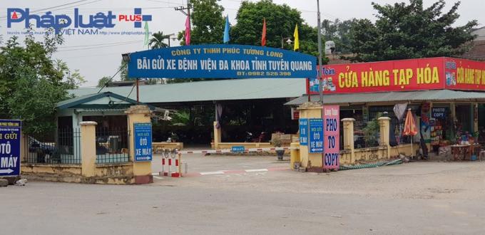 Bãi đỗ xe phục vụ nhà tang lễ bỗng biến thành dịch vụ gửi xe thu tiền, gắn biển Bệnh viện Đa khoa tỉnh Tuyên Quang. (Ảnh: Tiến Vũ)