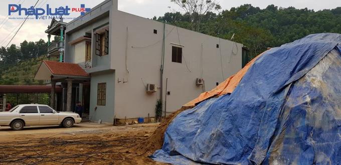Đống đất cao xấp xỉ ngôi nhà 2 tầng, bịt bạt kín mít (Ảnh: Tiến Vũ)