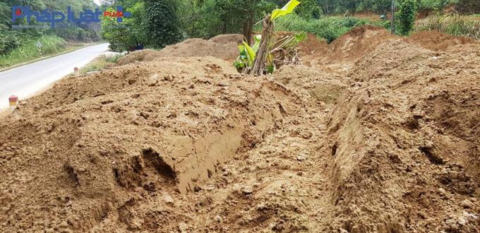 Đất thải sau khi đã lấy vàng được đổ bừa bãi ngay cạnh đường và các khe suối (Ảnh: Tiến Vũ)