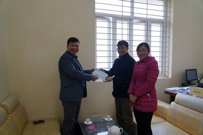 Ông Nguyễn Viết Ánh - Bí thư Đảng ủy xã Bản Khoang cùng cán bộ văn hóa xã nhận quà từ phóng viên Pháp luật Plus.