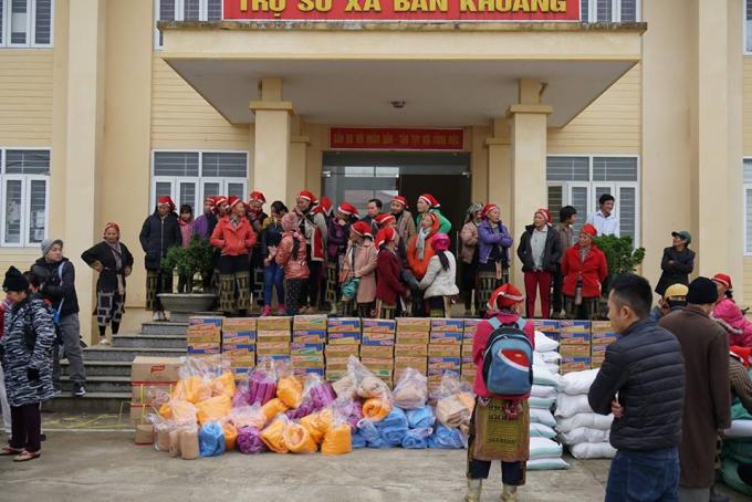 Đại diện các hộ nghèo tập trung trước cửa Trụ sở UBND xã Bản Khoang, để nhận quà từ thiện của nhà Chùa