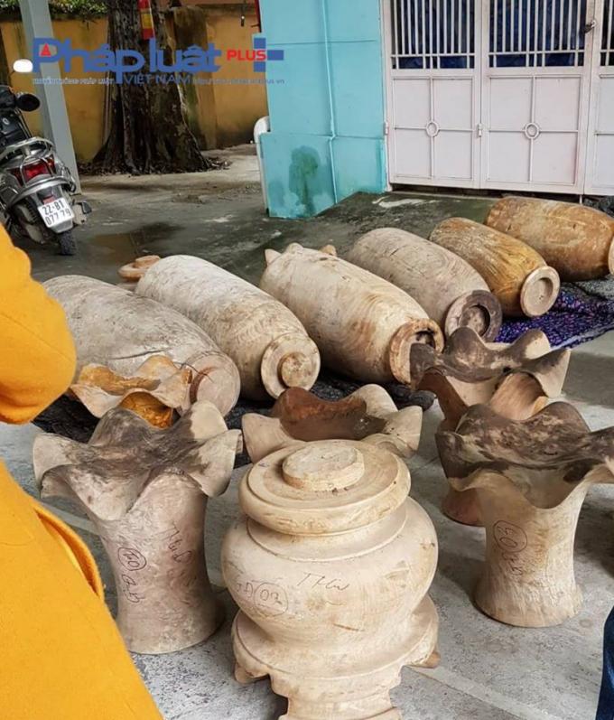 Các sản phẩm gỗ nghiến đã bị cũ rích ẩm mốc và biến dạng.