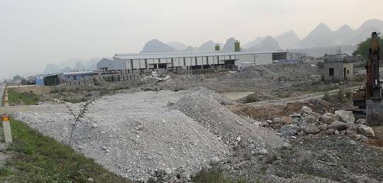 Phần san lấp của hộ ông Lê Văn Đức giáp với nhà máy gạch không nung của Công ty Bata.
