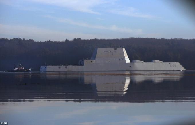 Tàu được trang bị 2 hệ thống pháo điện từ 155 mm và 2 pháo cận chiến tốc độ cao 30 mm. Pháo điện từ 155 mm có tầm bắn xa đến 160 km, gấp 5 lần tầm bắn của các tàu chiến hiện nay.