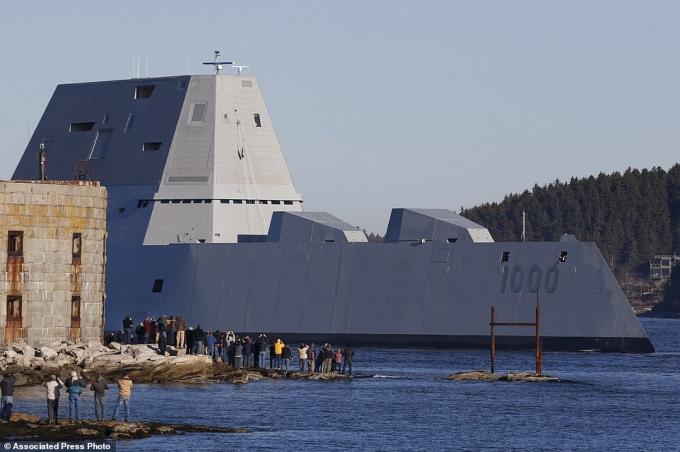 Tàu khu trục này dài hơn khoảng 30m, rộng hơn 6m so với các lớp tàu khu trục hiện tại của Hải quân Mỹ, đồng thời sở hữu những vũ khí tiên tiến hơn.
