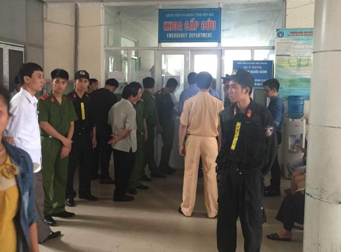 Các lực lượng chức năng phong tỏa tại Bệnh viện Đa khoa tỉnh Yên Bái, nơi lãnh đạo tỉnh Yên Bái đang được cấp cứu.