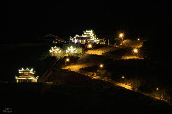 Chùa Phật tích Trúc lâm Bản Giốc lung linh, huyền ảo về đêm (Ảnh: Trung Nguyên).