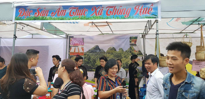 Du khách thích thú với những sản phẩm do các đơn vị mang tới tham dự.