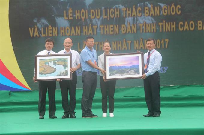 Lãnh đạo huyện Trùng Khánh tặng quà lưu niệm cho đại diện hai huyện Đại Tân và Tịnh Tây, Trung Quốc.