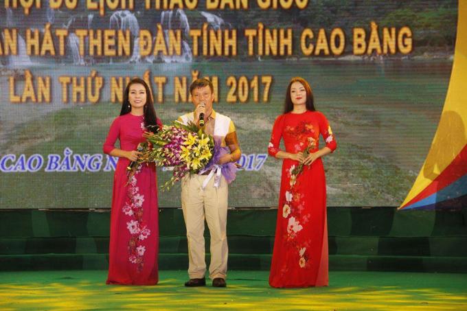 Ông Phạm Văn Cao, Bí thư Huyện ủy Trùng Khánh, Cao bằng tặng hoa cho hai ca sỹ.