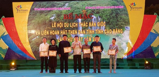 Ông Nguyễn Thành Hải, Chủ tịch UBND huyện Trùng Khánh trao giải cho các cá nhân, đoàn nghệ thuật đạt giải.
