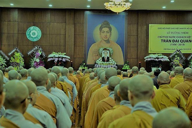 Di ảnh Chủ tịch nước Trần Đại Quang được đặt trang trọng, nằm giữa tấm chân dung lớn Phật Thích Ca.