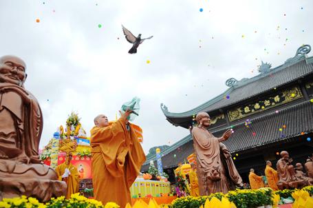Đại lễ Phật đản Vesak 2014 diễn ra tại chùa Bái Đính, Ninh Bình (Việt Nam).