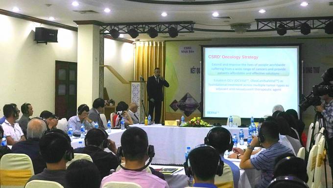Giáo sư John D.Sunal, Giám đốc chuyên môn, Trung tâm nghiên cứu phát triển khoa học hóa sinh Hoa Kỳ (CSRD Hoa kỳ) trình bày tại Hội thảo.