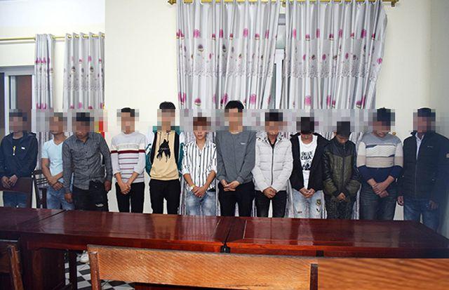 12 đối tượng tang trữ, đốt pháo bị Công an Cẩm Xuyên tạm giữ.