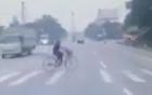 [Clip]: Sang đường bất cẩn, người phụ nữ bị xe bán tải đâm tử vong