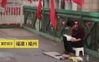 Xôn xao cử nhân ngồi lề đường xin tiền: 'Đầu tư cho tôi có giá trị hơn là cho ăn xin'