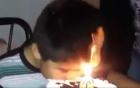 [Clip]: Cậu bé suýt cháy đầu vì vội ăn bánh sinh nhật