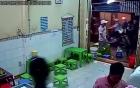 [Clip]: Nhóm 'côn đồ' mang theo nhiều loại vũ khí đập phá cửa hàng