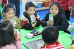 Chương trình Sữa học đường tại Hà Nội: Nhiều phụ huynh muốn mỗi con được thêm 2-3 suất nữa