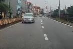 Hà Nội: Xe ô tô con vô tư đi ngược chiều bất chấp nguy hiểm