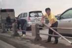 Yêu cầu xử lý nghiêm lái xe tháo dải phân cách cầu Thanh Trì