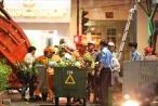 Tiếc hoa xuân trên đường Nguyễn Huệ, nhiều người xin nhặt về nhà