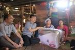 Chùm ảnh: Bộ trưởng Lê Thành Long đến tận nhà sẻ chia với bà con vùng lũ Mường Lát