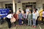 Doanh nhân APEC cứu trợ cho người dân tại phố cổ Hội An