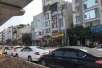 """Hà Nội: Nhà hàng ngang nhiên """"trưng dụng"""" lòng đường quốc lộ 32 làm bãi đỗ xe?"""