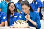 Hà Thu xúc động khi được sinh viên tình nguyện tổ chức sinh nhật bất ngờ