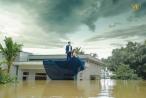 Bất chấp mưa lũ dâng cao, cô dâu chú rể Ninh Bình vẫn leo lên nóc nhà chụp ảnh cưới gây 'sốt' MXH