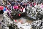 Người dân đua nhau lấy nước giếng Tiên ở Quảng Ninh