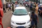 Ôtô biển xanh chiếm vỉa hè Sài Gòn bị cẩu về quận 1 xử lý
