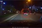 Tức giận vì bị tạt đầu, tài xế ô tô tông ngã xe máy chở 3 thanh niên
