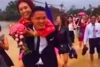 Đám cưới ngày bão: Chú rể cởi giày, cõng cô dâu lội nước xôn xao dân mạng