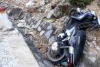 Nghệ An: Xe máy đâm vào ta luy đường, hai mẹ con tử vong
