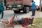 Người phụ nữ khóc ngất khi chồng và con bị xe container cán thương vong