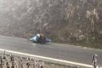 Hàng loạt xe máy trượt ngã trên đỉnh đèo Ô Quy Hồ do băng đóng trên mặt đường