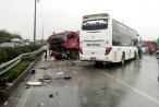 Clip: Cú va chạm kinh hoàng giữa xe khách và xe cứu hỏa