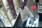 Clip: Người đàn ông ăn mặc lịch sự vào cửa hàng 'cầm hộ' chiếc điện thoại của nhân viên rồi lỉnh mất